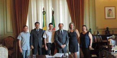 Vereadores paraisenses e Prefeito em exercício João Ricardo da Rosa, em audiência com o Governador José Ivo Sartori