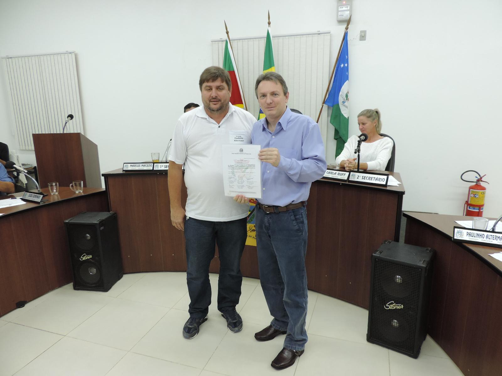 Câmara de Vereadores entrega moção de agradecimento ao Senhor Mauro Schmitt.